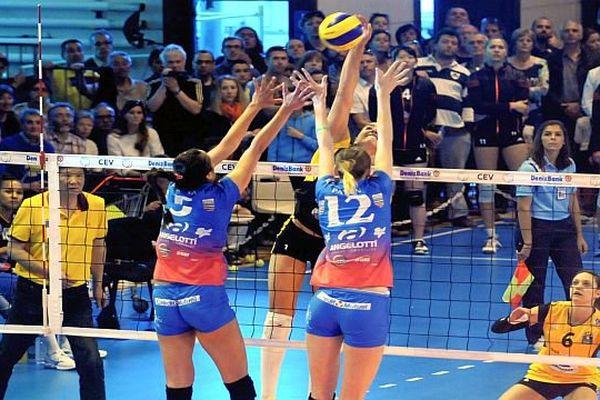 Béziers (Hérault) - les volleyeuses éliminées en demi-finale retour 3 à 1 par Cannes, même score qu'à l'aller - 28 avril 2015.