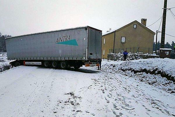 Saint-Flour-de-Mercoire (Lozère) - un camion accidenté bloque la RN.88 - 21 janvier 2020.