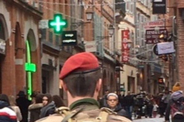 Les militaires de l'opération Sentinelle patrouille en nombre près du marché de noël de Toulouse