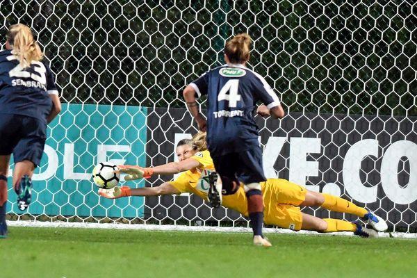 Lyon - la Montpelliéraine Casey Murphy repousse un pénalty en demi-finale de la Coupe de France - 7 mai 2018.