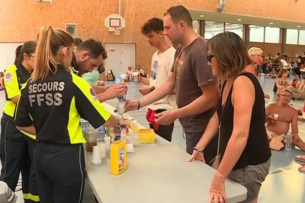 Des milliers de campeurs ont été évacués à Argelès-sur-Mer (Pyrénées-Orientales) à la suite d'un incendie