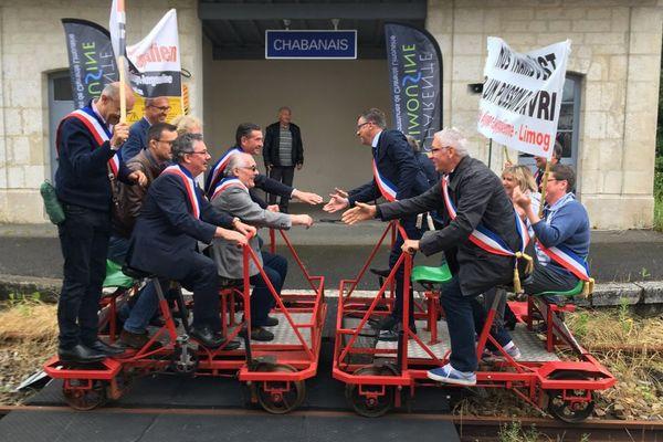 Les élus de Charente et de Haute-Vienne se son retrouvés à Chabanais (Charente) pour la défense de la ligne ferroviaire entre Angoulême et Limoges