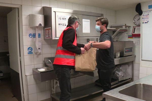 La solidarité commence à s'organiser à Lyon et autour de la Métropole, pour aider les plus démunis d'abord, comme ce gérant du Hard-Rock Café qui a donné les restes de ses frigos et ses invendus à la Banque Alimentaire du Rhône, vendredi 30 octobre, premier jour du nouveau confinement.