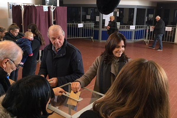03/12/2017 - Valérie Bozzi (soutenue par le parti Les Républicains LR) lors du premier tour des élections territoriales.