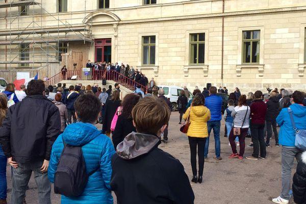 Le rassemblement ce jour devant l'hôtel de Ville de Nevers à 12h15