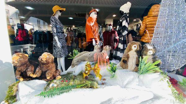 Les peluches s'invitent pour les fêtes et ornent les vitrines des magasins, à l'affût des passants.