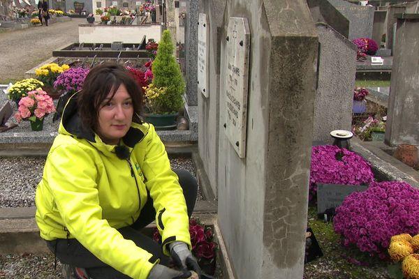 Des tombes laissées à l'abandon, sans entretien, les cimetières en regorgent. Isabelle Saragossa a décidé d'y remédier en devenant embellisseuse de tombes à Portes-lès-Valence (Drôme).