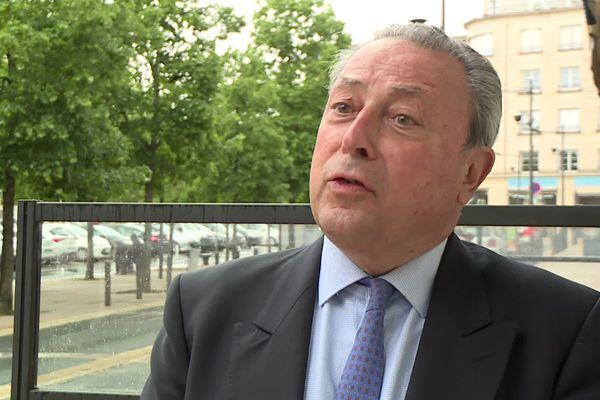 """Arrivé de Gironde, Jacques Colombier précise qu'en matière de parachutisme """"l'important n'est pas de sauter mais de bien se réceptionner"""". À vérifier lors des prochaines élection"""