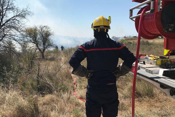 Pompiers de l'Hérault en intervention sur un incendie à Poussan le 26 août 2021.