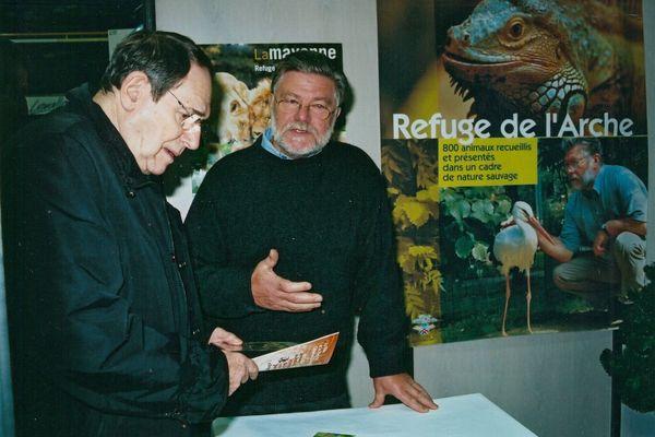 Robert Hossein, parrain du Noël des Animaux organisé à Levallois-Perret, au stand du Refuge de l'Arche, le 18 décembre 2004