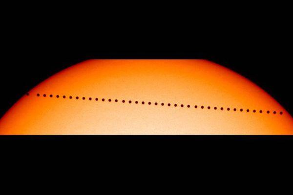 La planète Mercure en transit entre le Soleil et la Terre, en 2003.