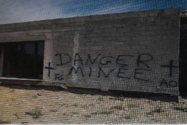 Tags sur les murs de la maison en construction du premier adjoint au maire de Ghisonaccia, Antoine Ottavi.