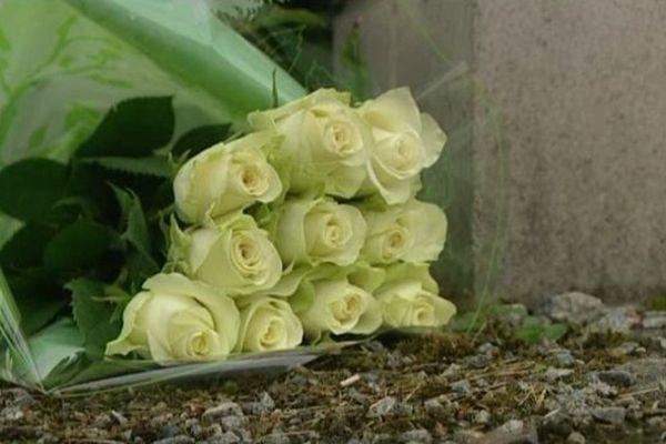 Une gerbe de roses déposée le 25 juillet dernier près de la maison de la famille Gineste