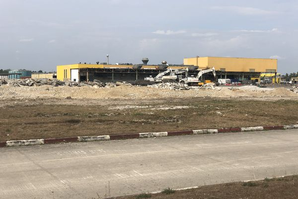 Les engins de démolition devant les restes de l'usine Ford de Blanquefort