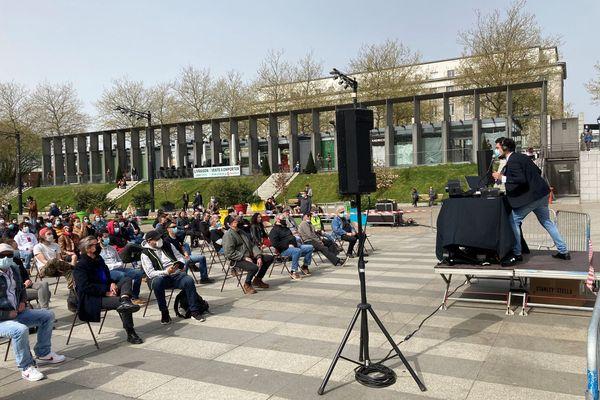 A Brest, ce midi, les occupants du Quartz sur la place de la Liberté