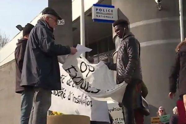 Des collectifs d'aides aux migrants manifestent dans la Manche à Saint-Lô