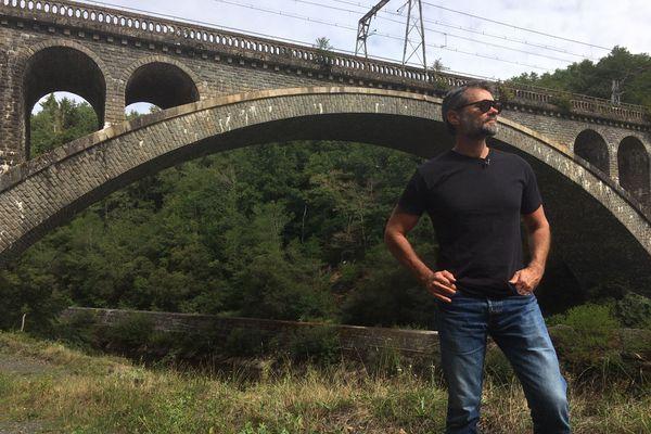 """Franck Bouysse sous le viaduc du Gour noir lors de la sortie de son dernier roman """"Buveurs de vent"""""""