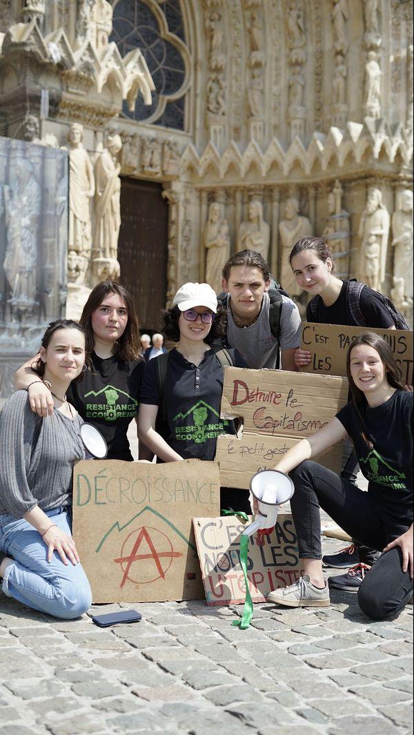 Les membres du collectif Révolution écologie Reims devant la cathédrale le 24 mai.