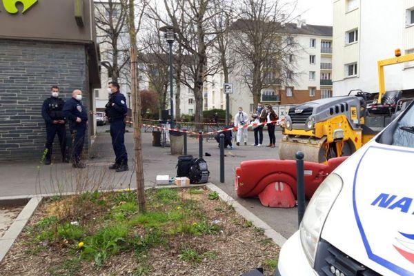 Les policiers sur les lieux des coups de feu près du Carrefour city, rue Ferdinand de Lesseps