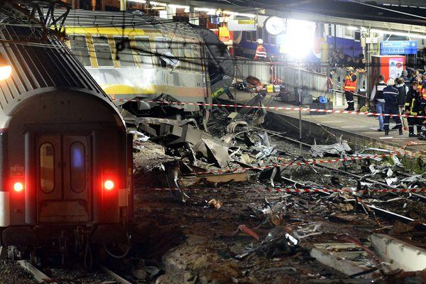 Les interventions des secours au soir du déraillement du train Paris-Limoges en gare de Brétigny le 12 juillet 2013.