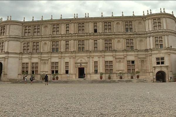L'édifice avait été en partie détruit après la révolution.