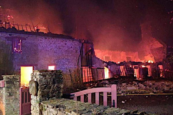 Un incendie s'est déclaré dans cette longère située à Saussey, près de Coutances, dans la nuit de samedi à dimanche