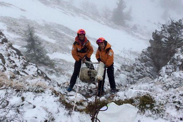 Mathieu et ses collègues ont réussi à sauver une brebis coincée à 2000 mètres d'altitude.