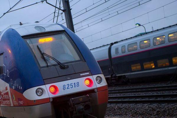 Train express régional entre Poitiers et Chasseneuil-du-Poitou (Vienne).