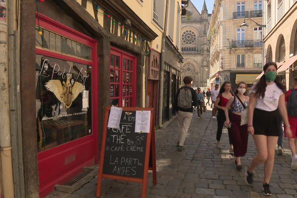 Dans les rues piétonnes de Rennes (35), les bars et restaurants vont pouvoir installer leurs terrasses sur la voie publique, cet été. A condition de ne pas bloquer l'accès aux services d'urgence et aux éboueurs.