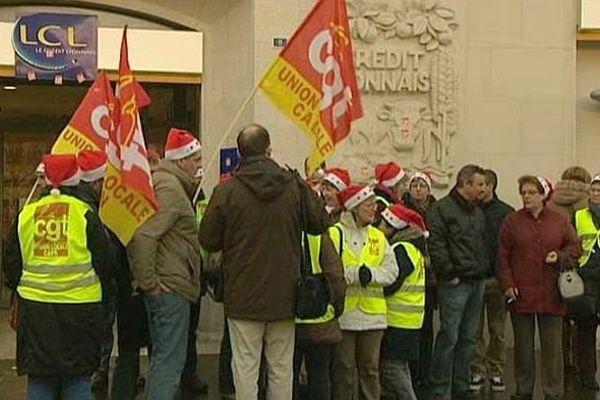 Manifestation des salariés de Jeannette devant le Crédit lyonnais à Caen, 19 décembre 2013