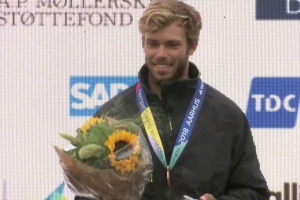 Maxime Nocher sur le podium avec une médaille de bronze.