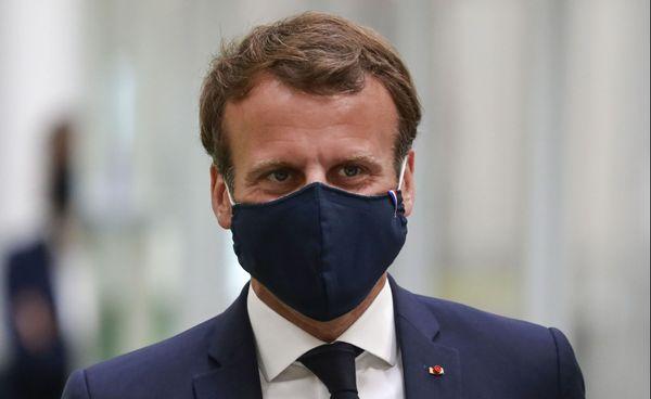 Le Président de la République, Emmanuel Macron, portant le masque fabriqué par l'entreprise auboise Chanteclair, lors de la visite de l'usine Valeo d'Etaples (Pas-de-Calais), le 26 mai 2020.