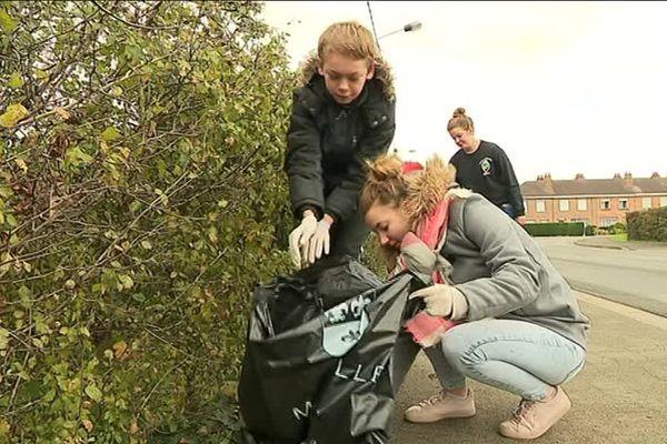 Malgré le mauvais temps, les adolescents de Merville désherbent et nettoient les trottoirs des personnes âgées
