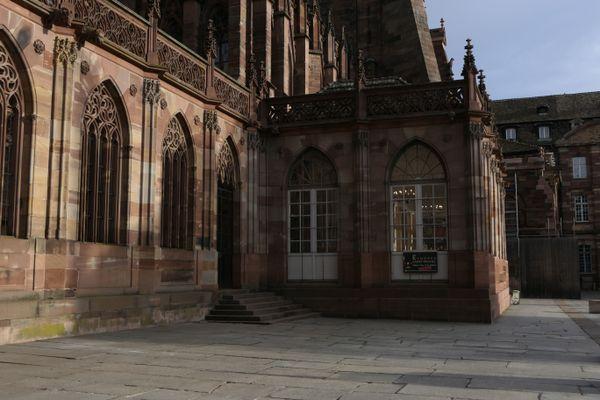 L'entrée dans l'échoppe Saint-Michel se fait par la place du Château le matin.