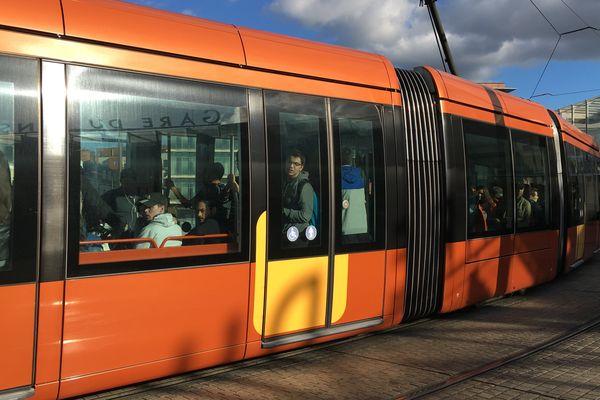 Le tram au Mans devant la gare SNCF, le 5 octobre 2017