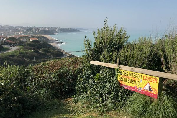 À Bidart, dans les Pyrénées-Atlantiques, l'érosion marine menace la corniche.