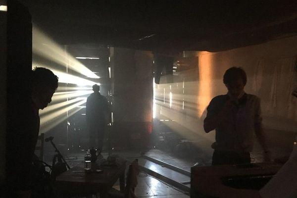 Le décor, une chambre d'hôtel de Nice, a été reconstitué dans la salle polyvalente de Breil-sur-Roya pour le tournage du film E Paï.