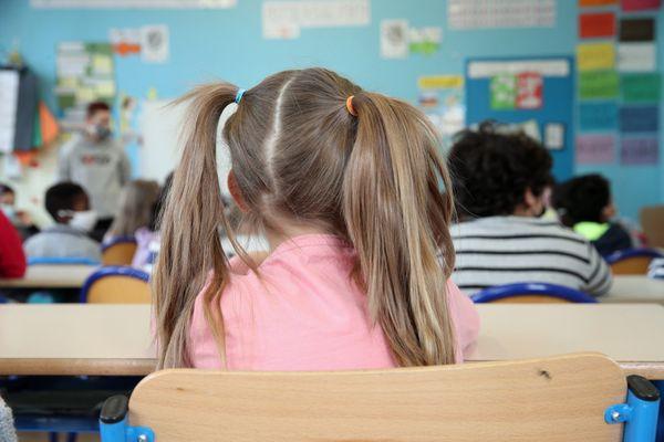 Des écoliers d'une classe de cours préparatoire dans leur salle de classe d'une école élémentaire de Strasbourg.