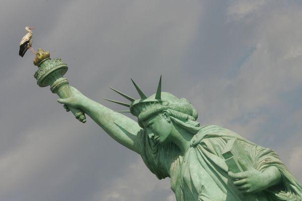 Une cigogne sur la réplique de la statue de la Liberté de Colmar, tout un symbole.