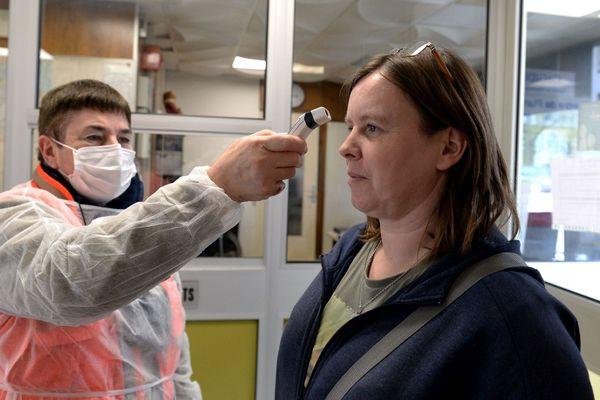 Prise de température pour test au coronavirus