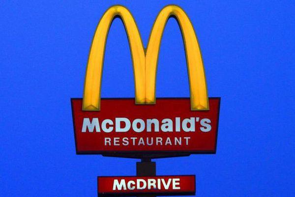 L'enseigne d'un restaurant McDonald's, de nuit, en février 2017.