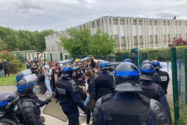 Les policiers interviennent sans heurts au lycée Descartes pour dégager les entrées bloquées par des poubelles et des lycéens