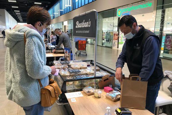 Un hypermarché à Avermes, dans l'Allier, a décidé de mettre à disposition des stands individuels pour des restaurateurs. Une action de solidarité pour aider ce secteur touché par la crise sanitaire.