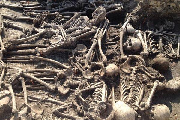 Fosses communes du XIVè siècle des probables victimes de l'épidémie de peste noire du Moyen Age