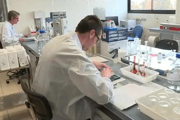 Le laboratoire CEVA à Bordeaux planche sur l'élaboration d'un vaccin contre le virus de la grippe aviaire H5N8 qui pourrait voir le jour dans quelques mois.