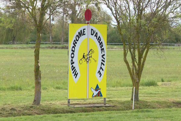Après 8 mois d'arrêt, les courses au trot ont repris à l'hippodrome d'Abbeville dans la Somme à huit clos.