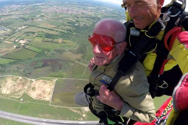 Montpellier - Tom Rice, vétéran de San Diego en tandem ,74 ans après son saut en parachute lors le D.Day en Normandie - 6 juin 2018.