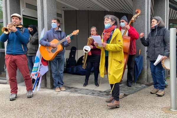 Artistes amateurs et professionnels se sont rassemblés le 1er mai, à Aurillac dans le Cantal, pour rappeler les difficultés du monde de la culture.