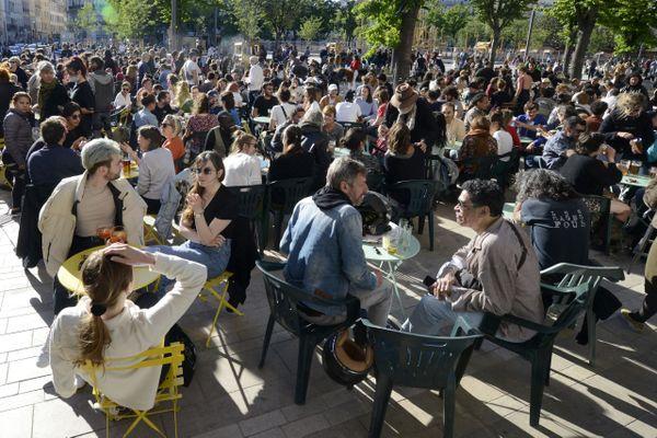 Déconfinement : forte affluence sur les terrasses comme ici sur la place Jean Jaurès, dite La Plaine, à Marseille.