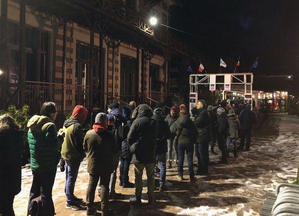 Les fanas de cinéma fantastique n'hésitent pas à faire la queue très tôt pour assister à la soirée d'inauguration.